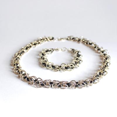 Håndlavet halssmykke og armbånd i sølv og O-ringe